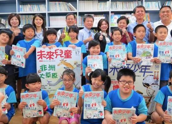陳志聲(後右二)與母親(後右三)回至溪州國小母校贈書,播下閱讀的種子。(鐘武達攝)