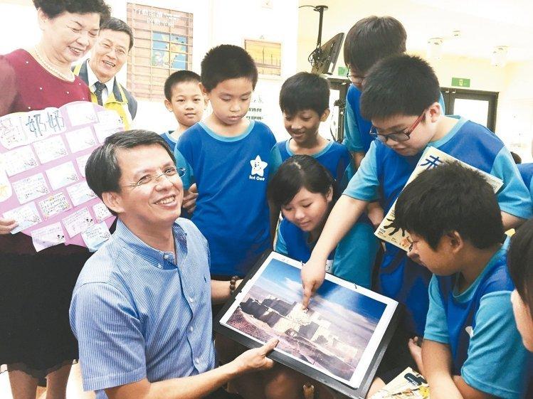 精湛建設總經理陳志聲(前左)捐書到偏鄉,昨天為溪州國小學生解說書中的敘利亞騎士堡建築。 記者林宛諭/攝影