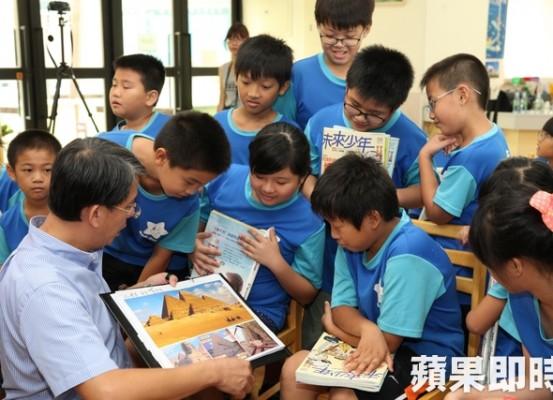 總經理陳志聲現場帶小朋友導讀。陳恒芳攝