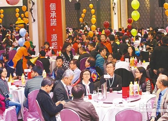 邁入第17年的「送愛心到人間」圍爐餐會,在發起人精湛建設總經理陳志聲號召147家企業及個人好友,出錢出力下,20日宴請10個社福單位,共900人席開90桌。(黃國峰攝)