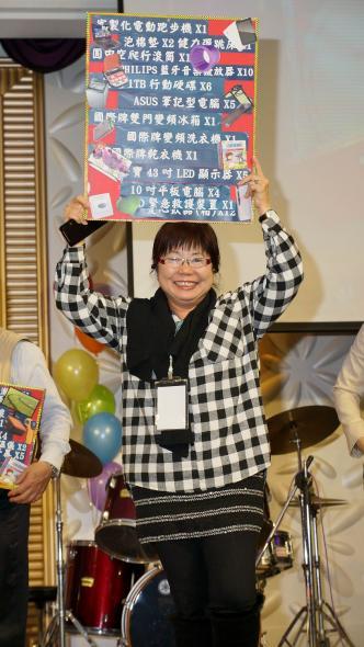 (上圖)精湛建設提供多樣禮物給新北市發展學園,由陳美君主任代表接受禮物