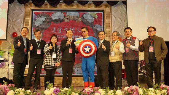 (上圖)精湛建設代表陳正聲總經理(左五)提供家扶基金會許多早療資源及硬體設備