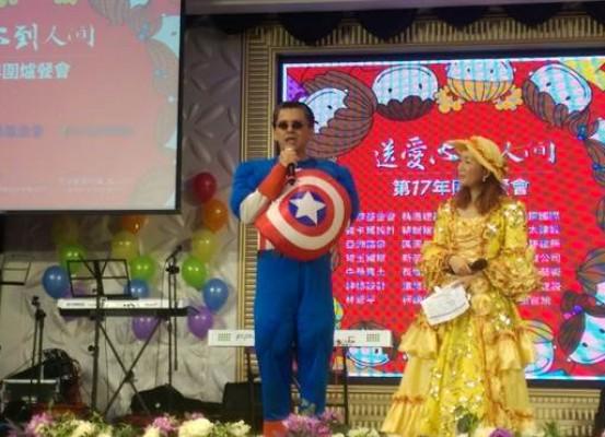 「送愛心到人間」圍爐餐會連續17年來,都由活動發起人、精湛建設總經理陳志聲(左)親自主持。(圖/曾麗芳)