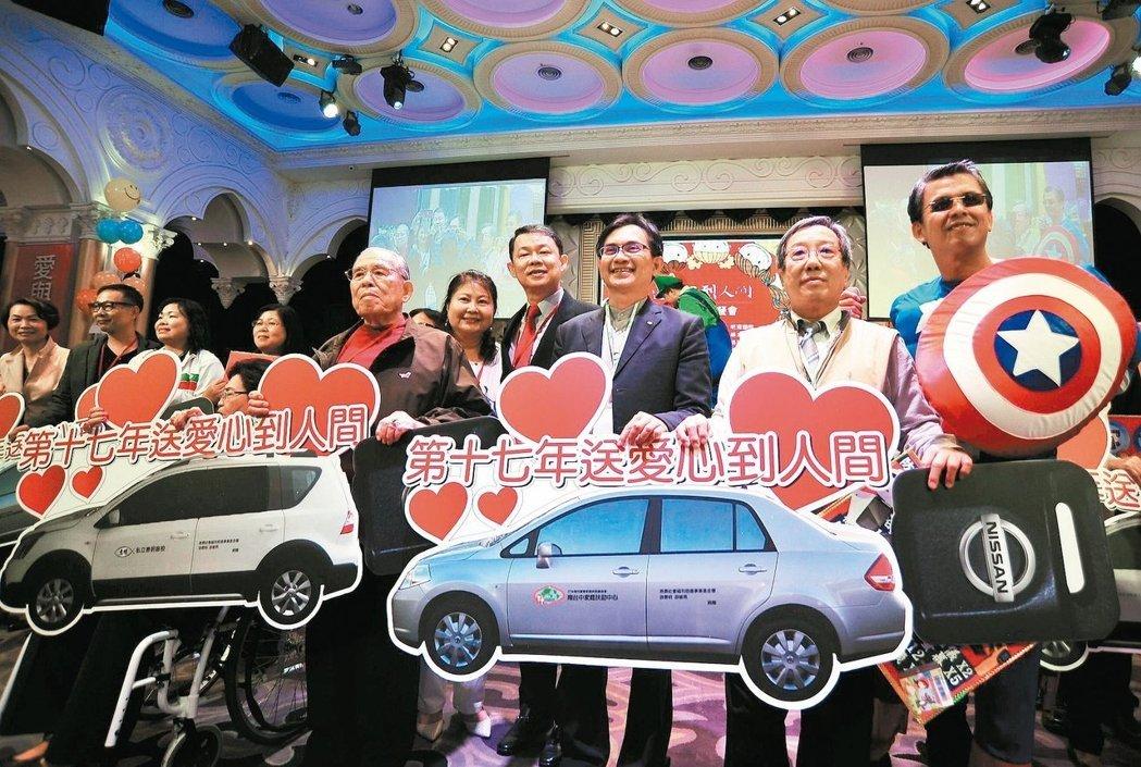 由精湛建設總經理陳志聲(右一)所發起的「送愛心到人間」圍爐餐會持續17年,今年吸引了28家企業共同主辦,10個社福團體、320戶、900人受惠。 記者趙容萱/攝影