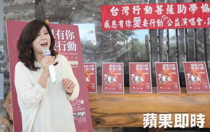 龍寶建設董事長張麗莉獻唱,為月底的慈善活動暖身。陳恒芳攝