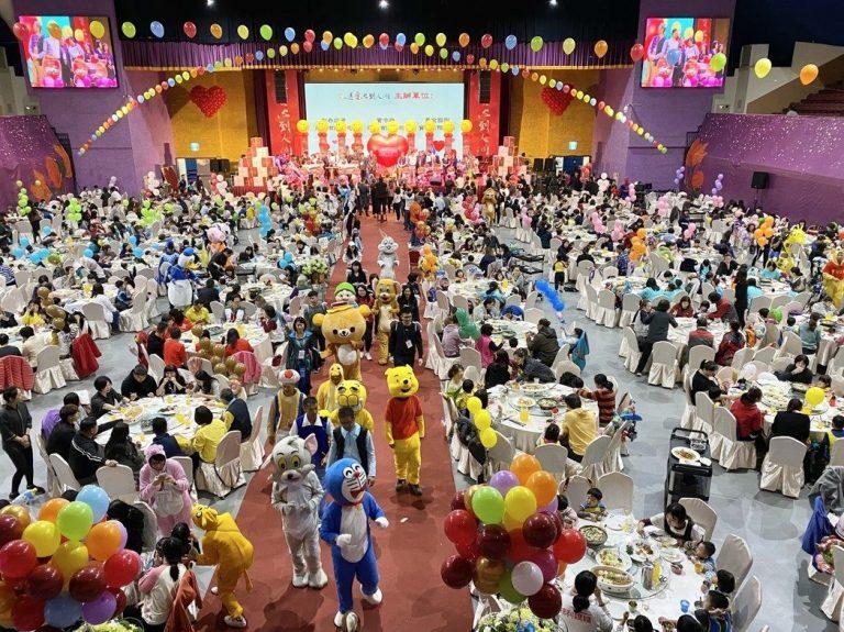 今年邁入第21年的「送愛到人間」圍爐餐會,今日在台中好運來洲際宴展中心登場,總計有10個社福單位,以及近400個慢飛天使與盲童家庭、上千人參與,場面溫馨感人。記者宋健生/攝影